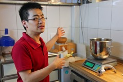 社區烘焙坊去掉許多不必要的設施,簡單的兩門冰箱、和微波爐差不多大的烤箱、烘焙坊買得到的攪拌機,就能成立一個簡單工作室。