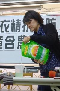 在上下游新聞市集的調查下,與主婦聯盟環保基金會合作召開記者會揭露洗衣精添加殺蟲劑百滅寧的情形。(圖/林慧貞攝)
