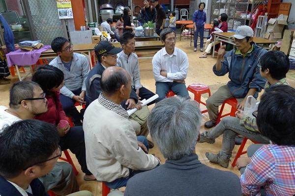 賴青松(戴帽子者)經常邀集農民聚會,坐在他對面的三官宮陳主委,這幾年受到影響,今年開始轉用友善環境種植
