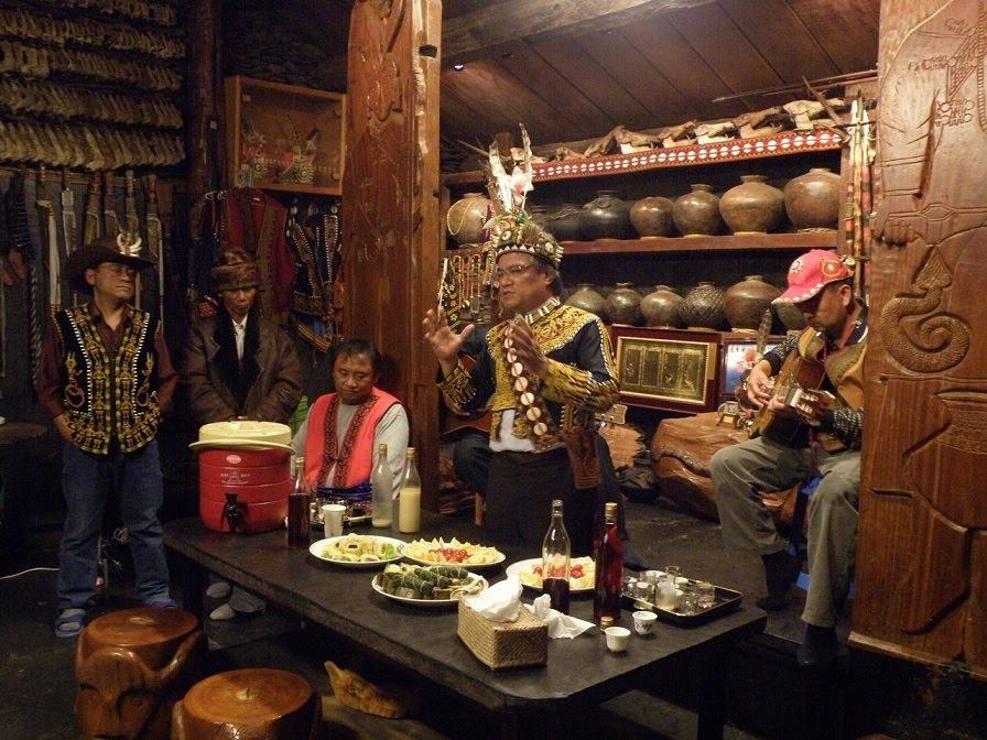 阿禮部落頭目包基成(中)是社區推動生態旅遊與災後重建的重要推手。位在阿禮部落的頭目家屋,已經有三百多年歷史,收藏許多珍貴的魯凱文物。(圖:屏科大社區林業研究室提供)