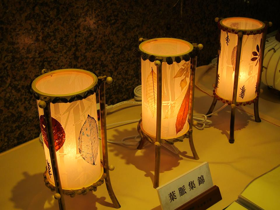 以葉片、木材做成的燈飾品。 拍攝/楊鎮宇
