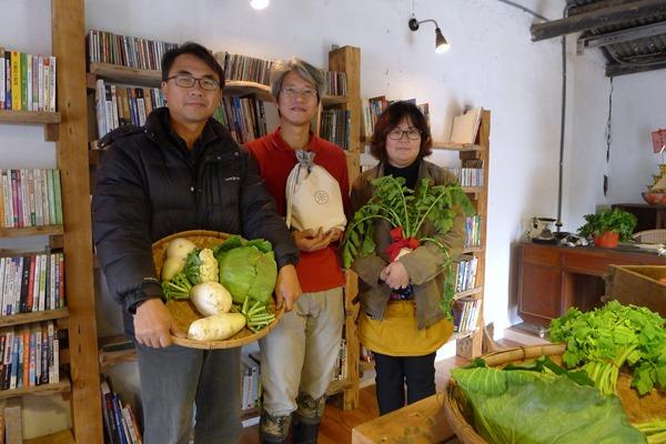 楊文全(左)、江映德(中)、彭顯惠(右)和倆佰甲的成員共同催生了小間書菜