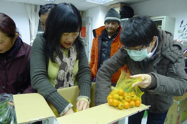 菜市長當場實習怎麼將20斤番茄分成一斤裝