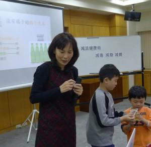 台中新書發表會上,小朋友們爭相聞著以香精調製而成,沒有橘子但有橘子味的汽水!