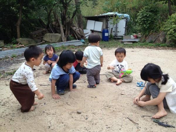 小朋友玩沙