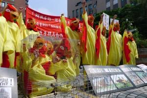 學生穿上自製的蛋雞裝,呼籲農委會儘快制定廢除籠飼政策。