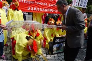 農委會畜牧處副處長朱慶誠出面解救籠飼蛋雞。