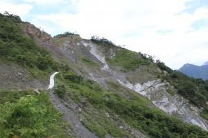 從台24線進入阿禮部落,需經過崩壁路段,增加行車困難。(圖/汪文豪攝)