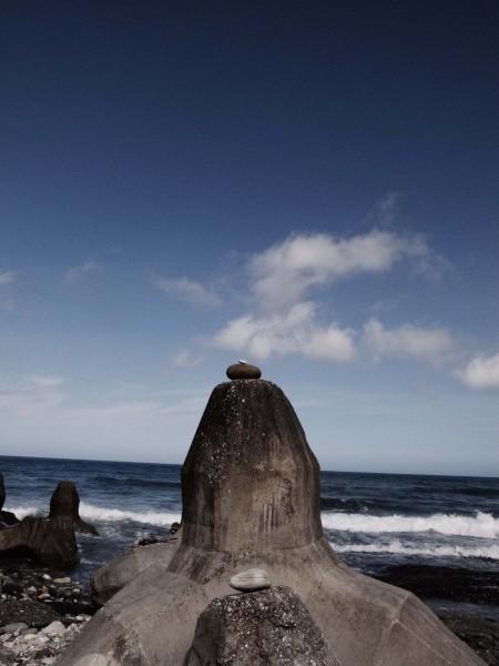 Gravity Meditation Project 自2007年起開始於各地堆疊石塊,在菲律賓,喜馬拉雅山皆可見蹤跡,這次活動同樣在花蓮海岸進行創作。攝影:路斯(2014.7.11)