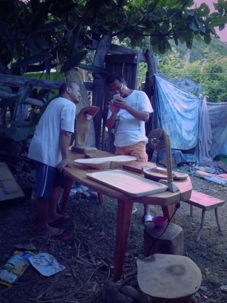 阿順手作,素人藝術家,專職是工頭,閒暇自製傢俱與刀。攝影:路斯(2014.7.11)