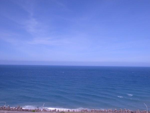 臺11線,花蓮連接臺東的海岸公路,水泥縣道順著山勢蜿蜒,面對東方是一望無際的藍色太平洋。 波光粼粼的海面,陽光灑落,這是黑潮流過的溫暖海水,來自熱帶,沿著臺灣東岸北上,孕育這海域相當豐富的生態樣貌。攝影:如斯(2014.7.11)