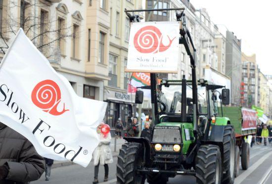 慢食在柏林發起的抗議基改食品遊行 圖片來源:慢食官網http://www.slowfood.com/
