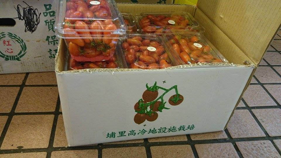 南門市場攤商販售貼有偽造吉園圃標章的盒裝小番茄,其包裝箱外亦無吉園圃標示,與一般正規不同。