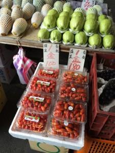 古亭市場某處攤商販售貼有偽造吉園圃標章的小番茄,沒有通過有機驗證,竟然宣稱有機販售。
