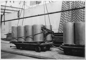 1949年,聯合國兒童基金會援助日本脫脂奶粉,此為脫脂奶粉抵達港口的樣子照片提供:獨立行政法人日本運動振興中心(独立行政法人日本スポーツ振興センター)