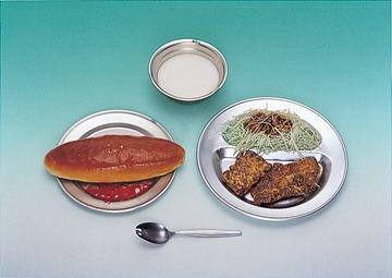 1952年的營養午餐:大亨保麵包加果醬、炸鯨魚肉、高麗菜絲、脫脂奶粉沖泡的牛奶照片提供:獨立行政法人日本運動振興中心(独立行政法人日本スポーツ振興センター)