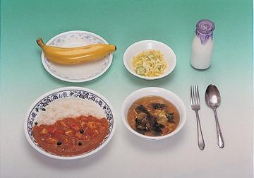 1977年的營養午餐:咖哩飯、湯、沙拉、牛奶、香蕉,鮮奶已經十分普及照片提供:獨立行政法人日本運動振興中心(独立行政法人日本スポーツ振興センター)