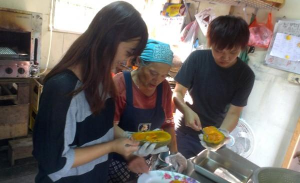 部落媽媽-碧英,跟客人一起下廚做菜