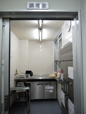 分成食材處理室、調理室、洗淨室,以確保不會互相污染(照片來源:東京文京區青柳小學校)3-3