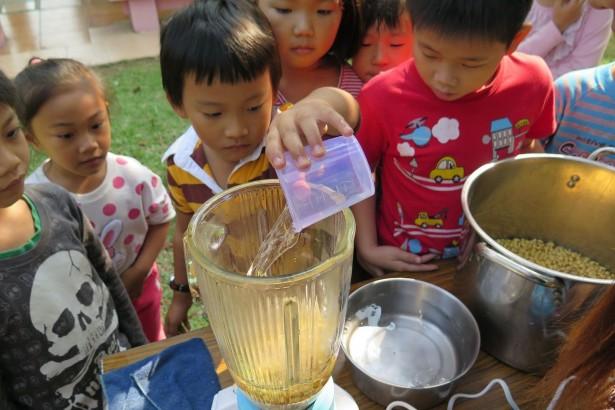 守護下一代食安,新化社大募款為學童磨豆漿