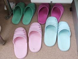 進入調理場時都要換穿鞋子(照片來源:東京文京區青柳小學校)