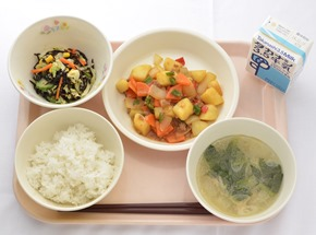 這次有許多都市部學校進入決賽,神奈川県橫濱上寺尾小學的麻婆馬鈴薯、鹿尾菜沙拉、冬瓜湯,用的全是當地食材,擺脫了都市無法地產地消的印象