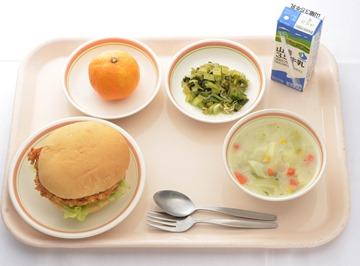広島縣吳市白岳小學是這次決賽中唯一以麵包為主食的,夾的不是漢堡肉,而是當地名產、用近海魚類做成的魚漿板「がんす」