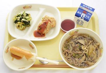 冠軍是秋田縣藤里町學校給食中心。白神山地孕育的米和味噌做成的鄉土料理「米棒」,還使用了秋田的毛豆、舞菇、天山雪蓮、豆腐、山葡萄