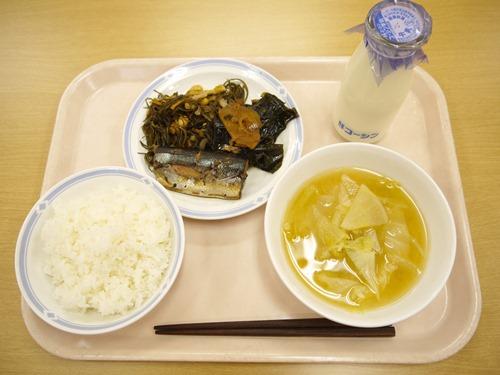 採訪當天的午餐:薑煮秋刀魚、根菜味增湯,秋刀魚煮到骨頭酥軟,能夠一起下肚