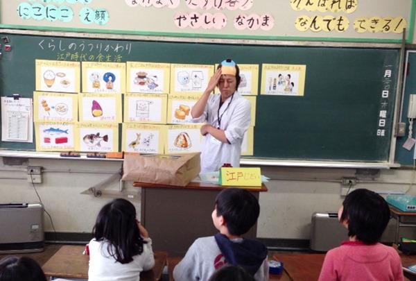食育課戴著月代頭和假髮髻,大受學生好評