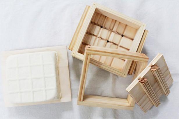 本土雜糧結合工藝復興  聖母健康農莊、公東高工研發純木榫接豆腐模具