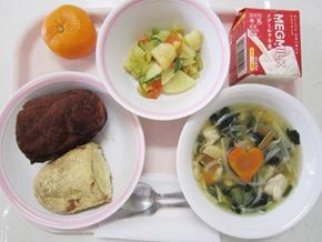 營養午餐東西軍:黃豆粉炸麵包、可可粉炸麵包,你要選哪一個?