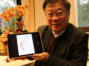 農委會主委陳保基用平板電腦展示禽流感疫情開花圖,評判流行趨向。(圖/汪文豪攝)