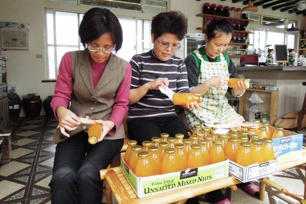 生產過剩不求人 黃金小鎮動員做桶柑果汁
