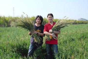 宏捷食品總經理辜振慕(左)、董事長黃子維(右)