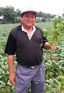 豆油伯向國內農友契作黃豆(圖片提供/林梅姿)