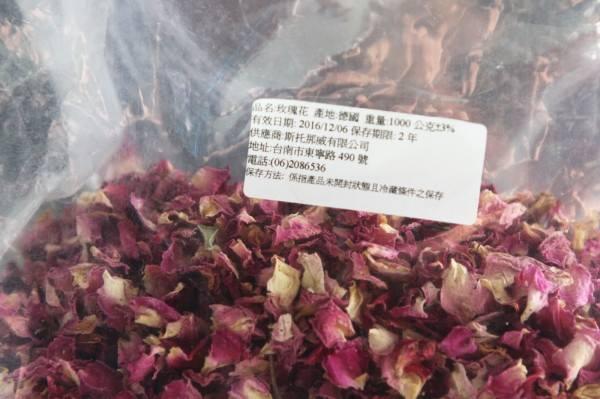香料業者懷疑英國藍玫瑰花茶所使用的玫瑰花原料可能非食品用途,呼籲衛生單位應該調查釐清。