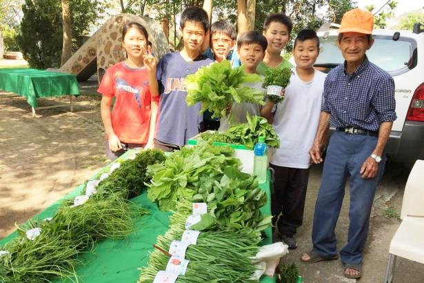 古坑華南國小學生辦市集 設計標籤、現炒高麗菜 幫社區小農賣菜