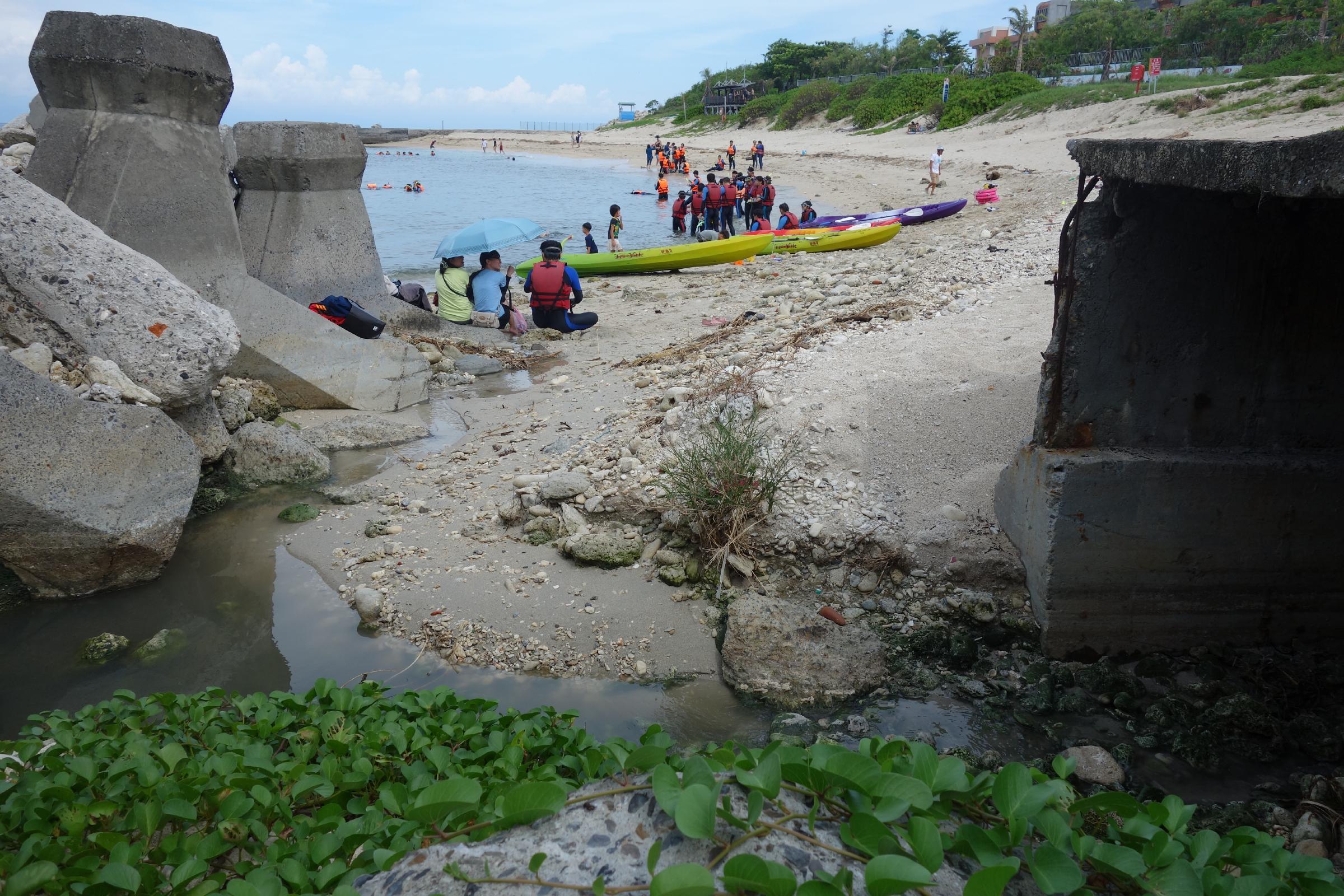 遊客在未經處理的污水排放口下游遊憩