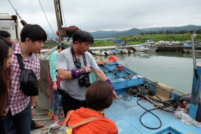 郭慶霖(圖中)希望用深度旅遊帶動磺港觀光產業