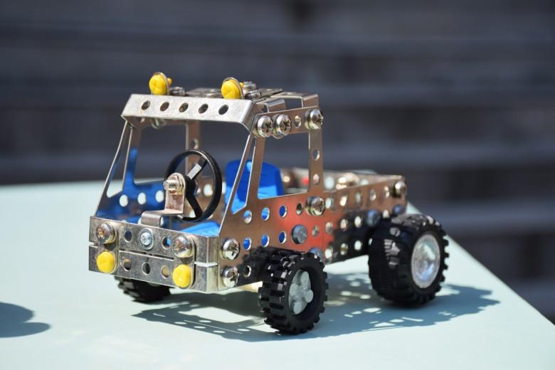 原本只是一塊廢鐵,經玩具圖書館志工的巧手,就拼成一台全新的玩具車。(攝影/潘子祁)