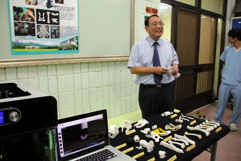 屏科大研發3D列印技術運用在動物臨床治療上,屏科大校長戴昌賢介紹運用。(圖/屏科大提供)