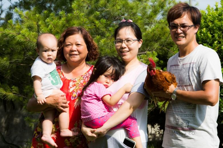張建豐一家和母親。