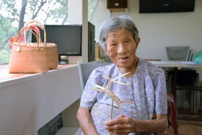 當地的農民年輕時多會剖竹做「竹篾」,以供應關廟市街上的竹編加工廠;現今社區協會將老人找回來,帶遊客做簡易的編織DIY,稍稍體驗50年前篳路藍縷的生活。(攝影/潘子祁)