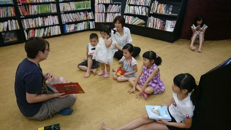 目前每周日在清大水木書苑都有繪本閱讀和桌遊體驗活動。(圖片提供/黃怡華)
