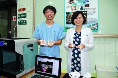 研發3D列印技術的屏科大獸醫系影像科主任林莉萱以及學生郭士榮,他們右手拿的是一般動物骨骼,左手則是3D列印的骨骼模型。(圖/屏科大提供)