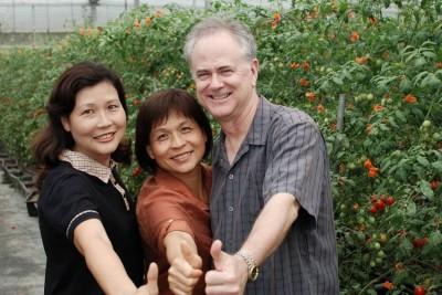 謝謝農場由謝佩玲(右)、謝雅情(中)姊妹開闢。(謝雅情提供)