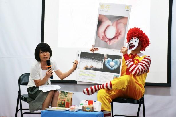 動社抨擊麥當勞宣稱使用動物福利蛋,卻進用有藥殘疑慮的格子籠蛋。(圖/潘子祁攝影)