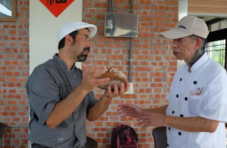 美國社區烘焙坊麵包師傅Don Guerra(左),和台灣啊段烘焙方麵包師傅Phillip(右)互相交流
