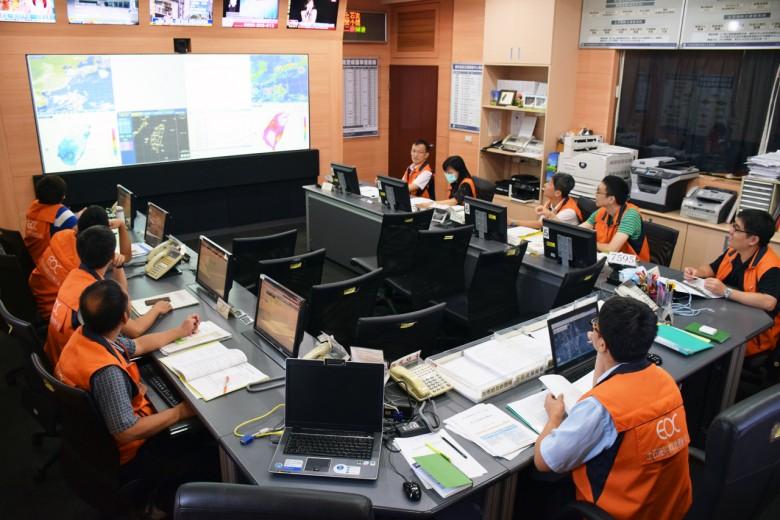 防災視同作戰,必須24小時緊盯氣象資料和新聞畫面。(攝影/潘子祁)